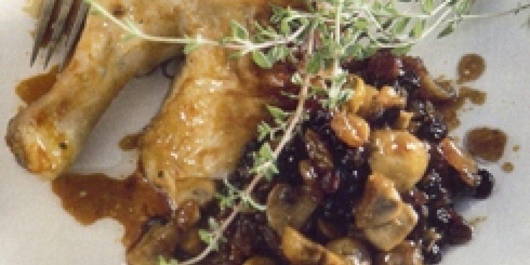 Κοτόπουλο γεμιστό με μανιτάρια, ξανθές και μαύρες σταφίδες με σάλτσα από πετιμέζι και γλυκό κρασί - Images