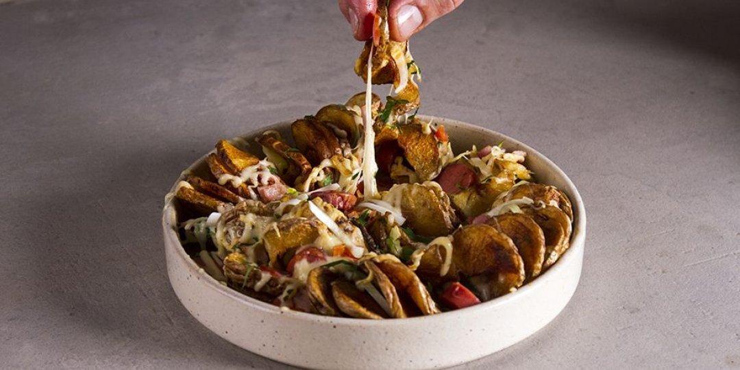Πατάτες σπιράλ με λουκάνικο, μπέικον και τυριά - Images