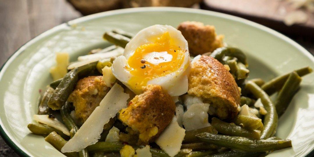 Ζεστή σαλάτα με φασολάκια, αυγά και παξιμάδια - Images