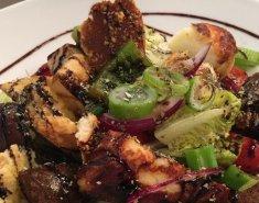 Σαλάτα με χαλούμι, xωριάτικο λουκάνικο και παξιμάδι - Images