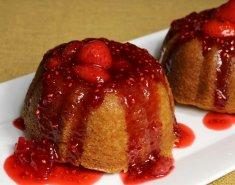 Εντυπωσιακό κέικ βανίλια-φιστίκι με σάλτσα από φρούτα του δάσους - Images