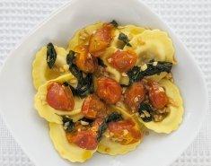Ραβιόλι με γέμιση από μοτσαρέλα, ντομάτα και ελιές με σως olio oleo - Images