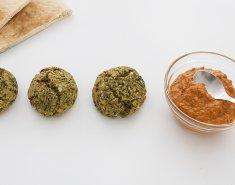 Φαλάφελ από ρεβίθια και σπανάκι με σως κόκκινης πιπεριάς - Images