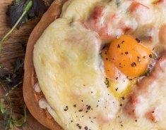 Γεμιστό ψωμί με λουκάνικα και μελάτο κρόκο - Images