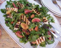 Υπέροχη σαλάτα με χαλούμι, φρέσκα σύκα, ρόδι και αμύγδαλα - Images