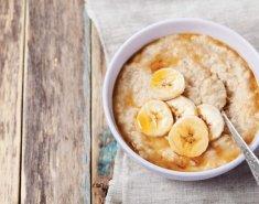 Ζεστή βρώμη Mornflake με μπανάνα - Images