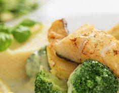 Μπακαλιάρος στη σχάρα με συνοδευτικά λαχανικά  - Images