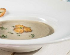 Σούπα μανιταριών με μπρουσκέτα, γκοργκονζόλα και θυμάρι - Images