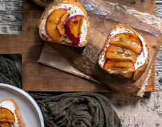 Καλοκαιρινή μπρουσκέτα με γαλοτύρι και ψητά ροδάκινα - Images