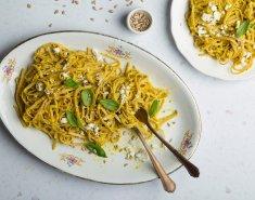 Μακαρονάδα με πέστο ψητής κίτρινης πιπεριάς και φέτα - Images