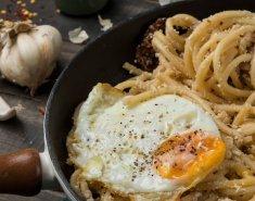 Μακαρονάδα με σκόρδο και τηγανητά αυγά - Images