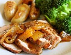 Χοιρινό μπούτι στο φούρνο με πατατούλες και μπρόκολο - Images