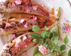 Φρέσκο μπαρμπούνι γαρνιρισμένο με ροδοπέταλα  - Images