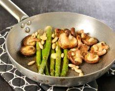Μανιτάρια σιτάκε, σπαράγγια και αμύγδαλα στο τηγάνι - Images