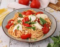 Σπαγγέτι με μοτσαρέλα, ντοματίνια και αμύγδαλα - Images