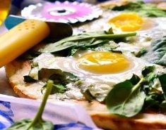 Πίτσα με σπανάκι, μπέικον και αβγά - Images