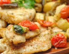 Μπακαλιάρος με σάλτσα ντομάτας και λευκό κρασί σερβιρισμένος με πατατούλες  - Images