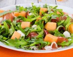 Σαλάτα με πεπόνι και χαλούμι  - Images